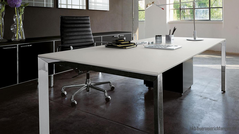 Chefbüro Chefschreibtisch Design-Schreibtisch Einzelarbeitsplatz mit weißer Tischplatte und Chrom-Schreibtischbeinen Minimalistisches Büromöbel Design individuell Abgestimmt auf alle Chefbüromöbel - Aktenschränke und Sideboards